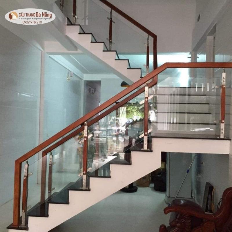 cầu thang kính tay vịn gỗ tại Đà Nẵng
