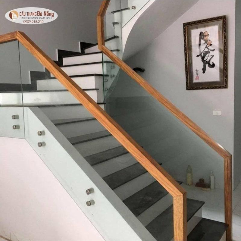 Cầu thang kính tay vịn gỗ vuông đơn giản