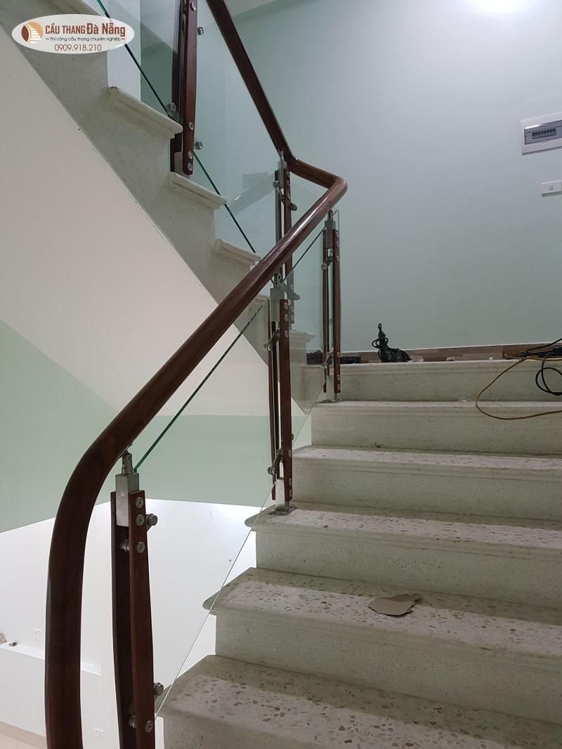 Cầu thang kính kiểu đang đẹp tại Đà Nẵng