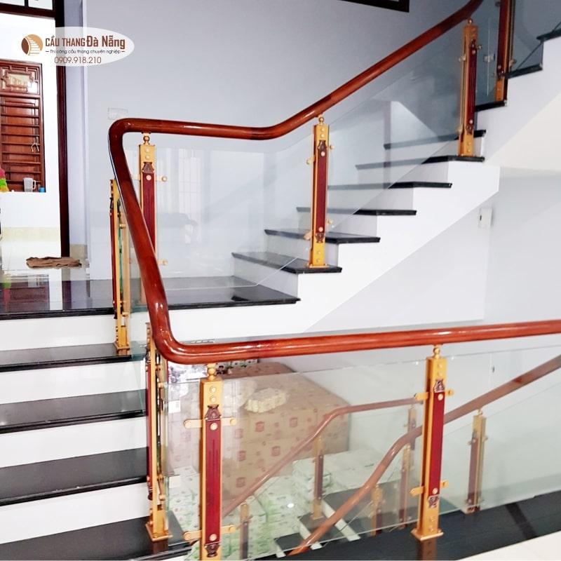 Cầu thang kính tay vịn gỗ giá rẻ taij Đà Nẵng