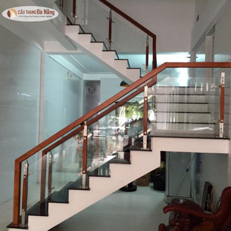 Cầu thang kính tay vịn gỗ vuông